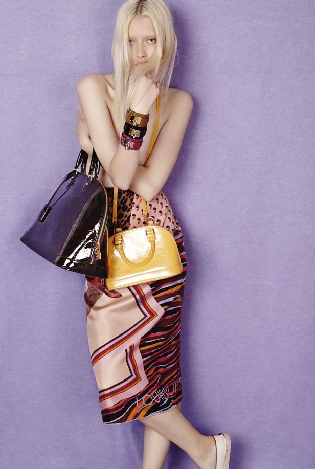 En la otra página, bolso Monceau BB en piel Epi azul, clutch modelo Louise en piel Epi y bolso Noe BB amarillo en piel Epi, todo de LOUIS VUITTON