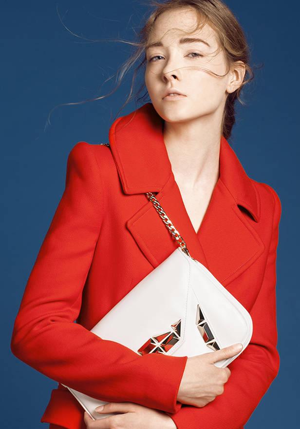 Abrigo rojo TOM FORD Bolso blanco LIU JO POR FELGAR.ES Sandalias negras de esparto de ASH