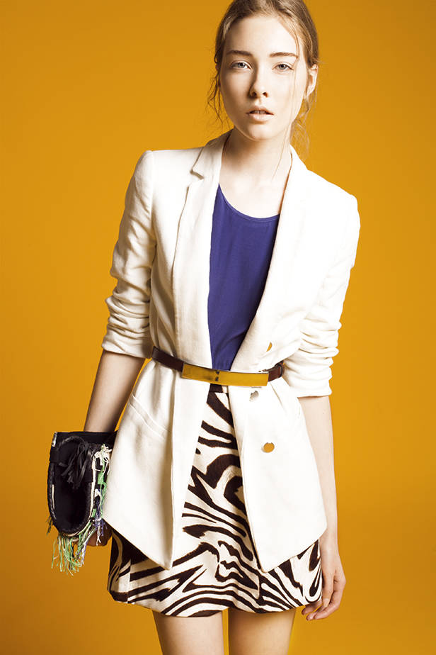 Camiseta azul de SITA MURT Blazer blanca de ZARA Cinturón marrón de ETXART & PANNO Falda con print de cebra de MICHAEL KORS POR FELGAR.ES Bolso multicolor bordado de ANTIK BATIK