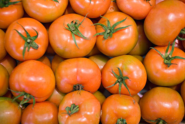 1024px-Tomates_apilados