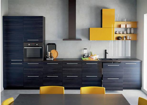 Cocina en tonos oscuros con toques en amarillo
