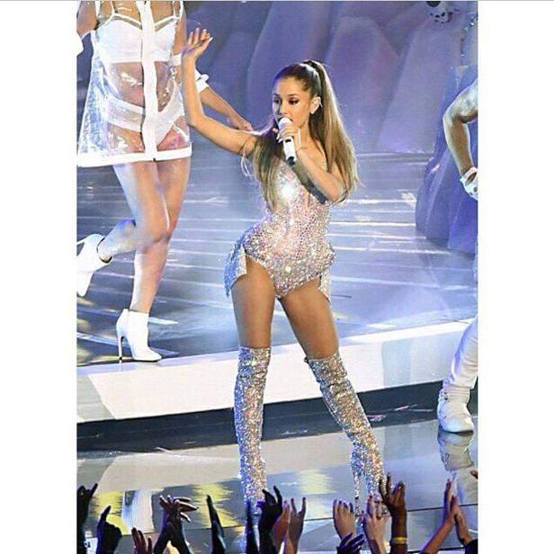 Ariana dando inicio a la gala.