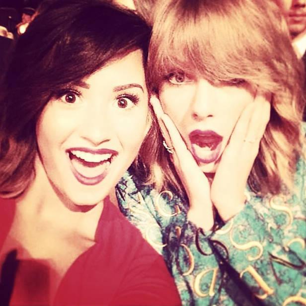 Demi Lovato y Taylor Swift en una selfie de la noche.