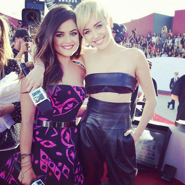 Lucy Hale y Miley Cyrus en el pre-show de la gala.