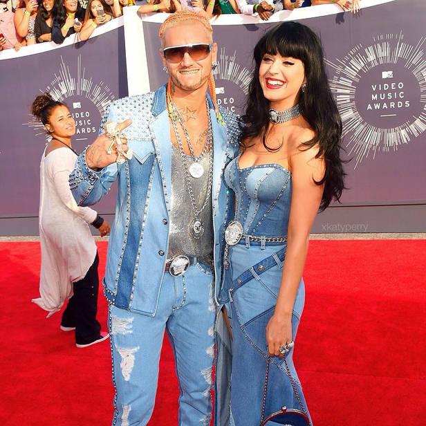 Katy Perry acompañada por Riff Raff.