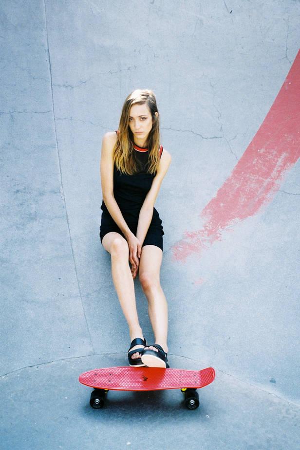 Vestido de la estilista, zapatos de COS y tabla de LEFRIK