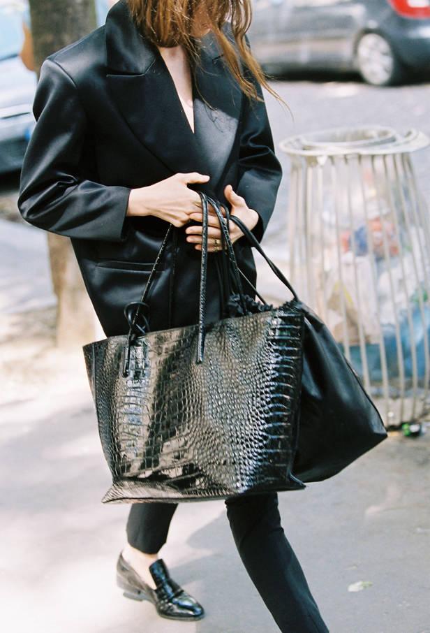 Lykke y un bolso de la colección.