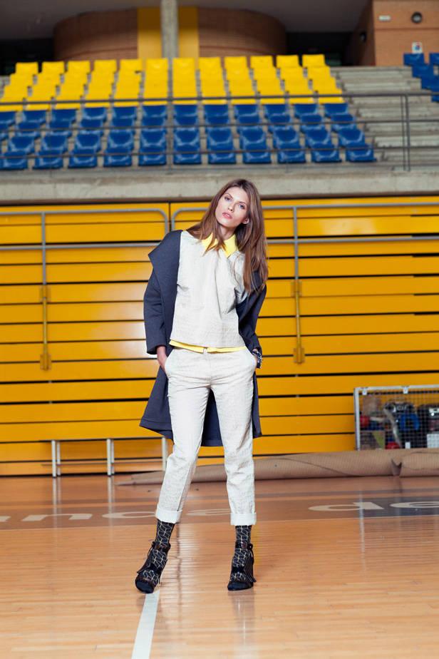 Pantalón y top Ángel Schlesser, camisa amarilla COS, chaqueta Lavand, sandalias Robert Clergerie, calcetines Happy Socks y pulsera Silknot