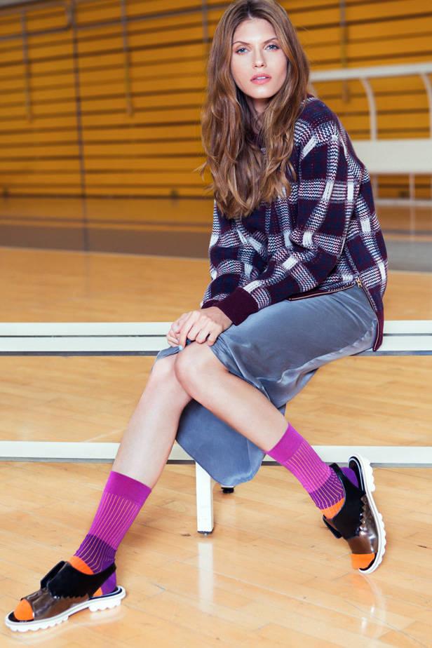 Vestido y jersey Calvin Klein Jeans, zapatos Robert Clergerie y calcetines Happy Socks