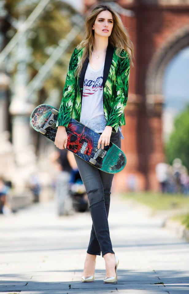 Blazer de ADRIANA IGLESIAS camiseta de EKS gargantilla de ISIDORO HERNÁNDEZ jeans de LEVI´S y stilettos de JIMMY CHOO