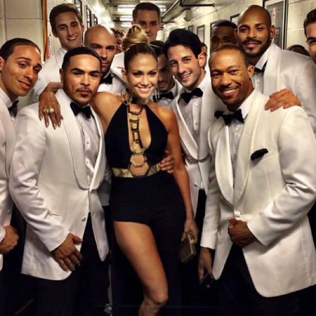 Jennifer Lopez con sus bailarines