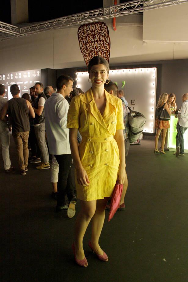 La cantante y actriz Julia de Castro lleva vestido y zapatos vintage y bolso de SOLO LA VERDAD ES SEXY