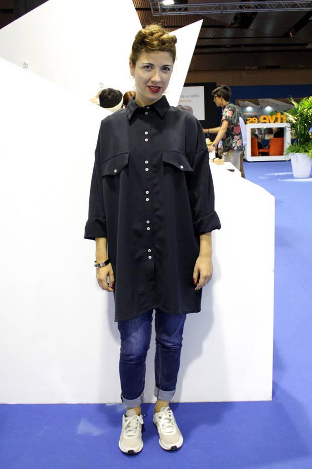 Marta Padilla, gestora cultural, lleva camisa y pendientes RITA ROW,  jeans BLANCO, zapatos NIKE y reloj MANGO