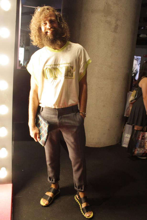 Camiseta ANA LOOKING, pantalones ANTONI MORATO y zapatos CAMPER