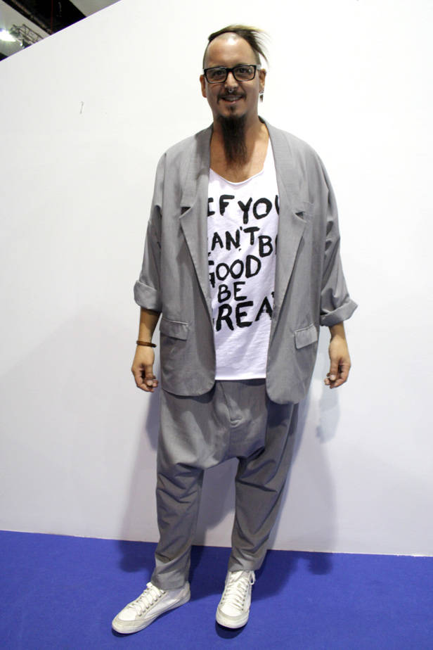 Simón, diseñador, lleva total look de BEGOÑA NOYA