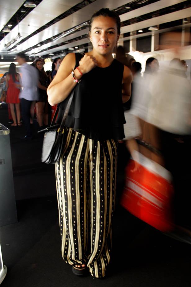 Ximena Danieri, editora de moda de Shop Magazine, lleva camiseta ZARA, pantalón BELGA VINTAGE y zapatos SOFIA DE GRACIA