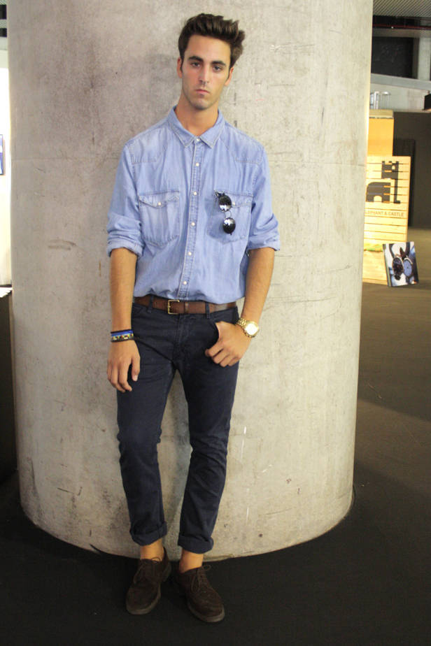 David A., estudiante de ADE y Administración y Comunicación en Moda, lleva camisa H&M, pantalón ZARA, zapatos MANGO y cinturón MANGO