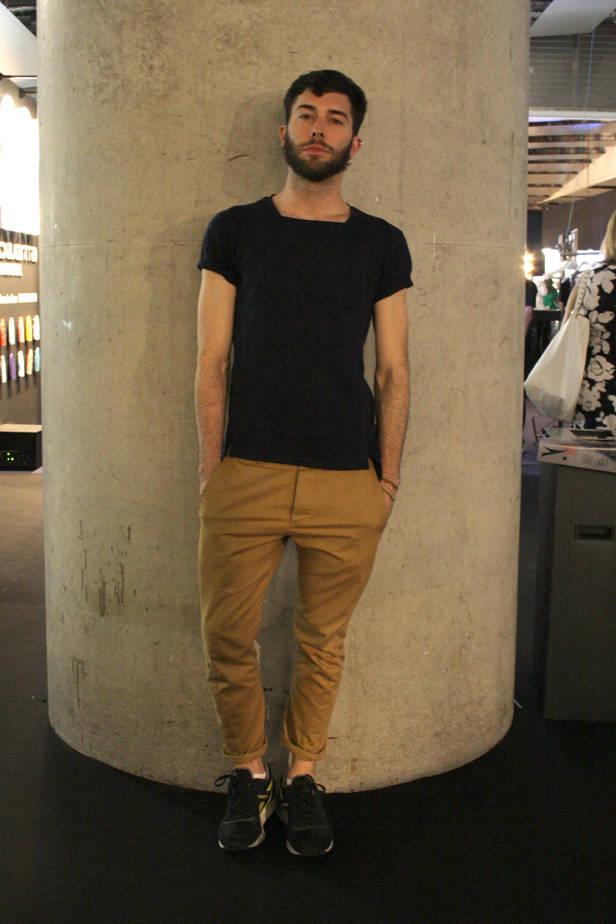 Fede Pouso, diseñador y estilista, lleva camiseta KARIQU, pantalón BENCH y zapatillas REEBOOK