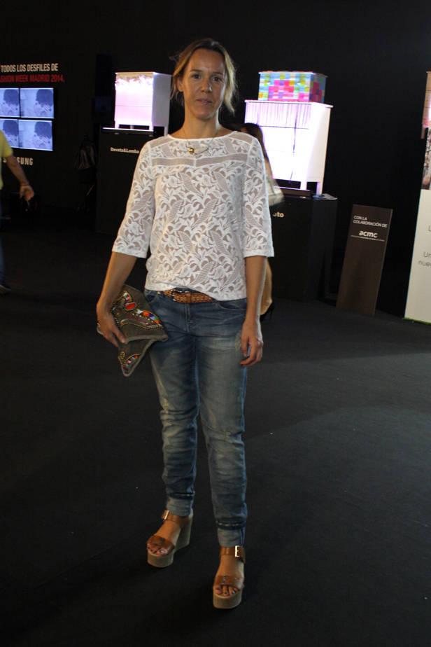 Irene, ingeniera aeronáutica, lleva camisa MAGE, collar JULIETA ÁLVAREZ, sandalias CLAUDIE PIERLOT y bolso ANTIC PATIC