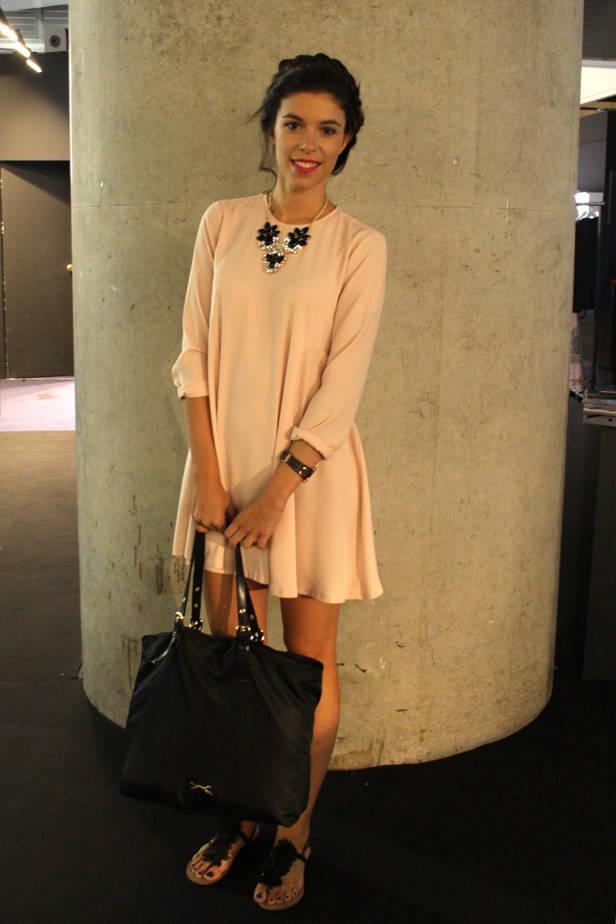 Lara Hernández, estudiante de Fisio, lleva collar LEFTIES, vestido ZARA, reloj TIME FORCE y bolso BIMBA Y LOLA