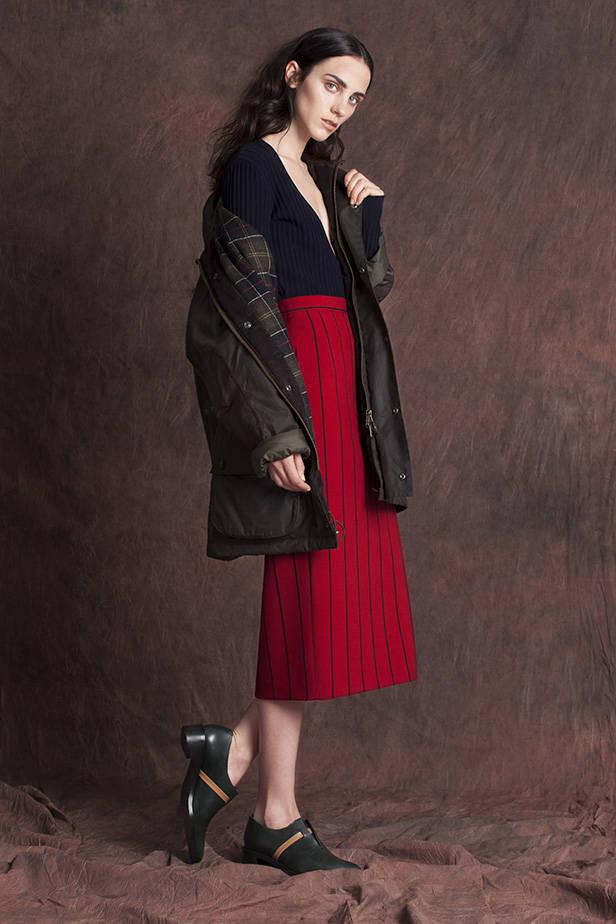 Abrigo: BARBOUR. Vestido: LEBOR GABALA. Falda: BIMBA Y LOLA. Zapatos: COS.