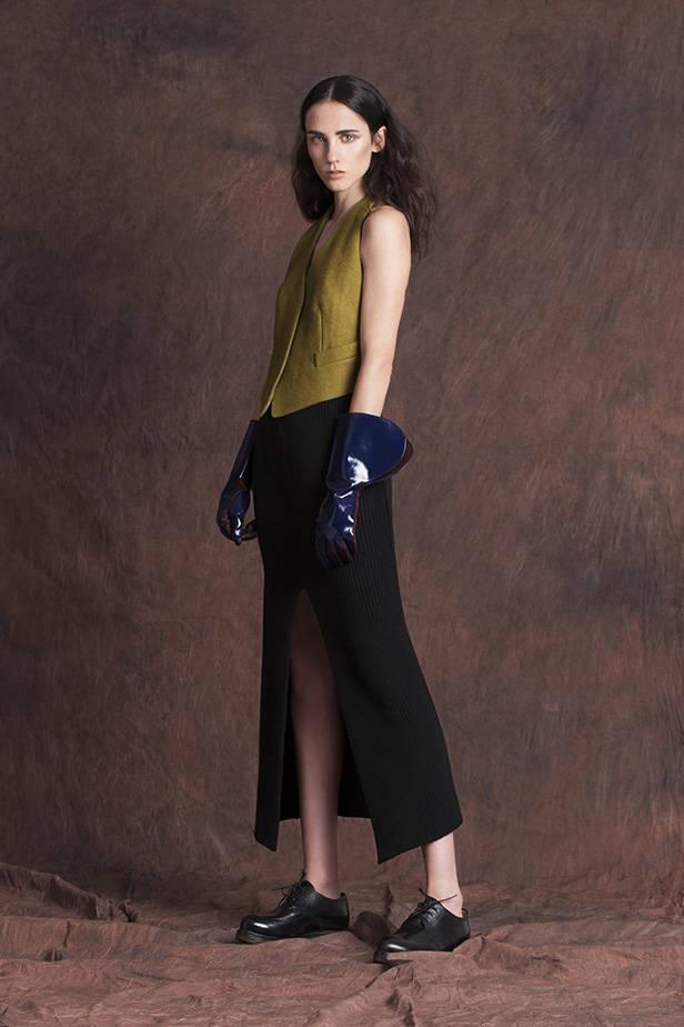 Top: MAX MARA. Zapatos: MARINA RINALDI. Guantes: TOD`S. Falda: BIMBA Y LOLA.