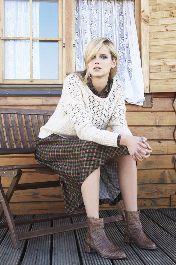 Jersey LAVAND, camisa y falda NICE THINGS, botas STUART WIZMAN