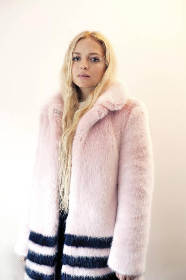Hannah Weiland con abrigo de Shrimps