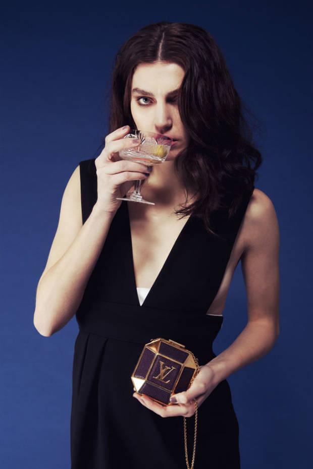 Vestido de Claude Pierlot, clutch de Louis Vuitton