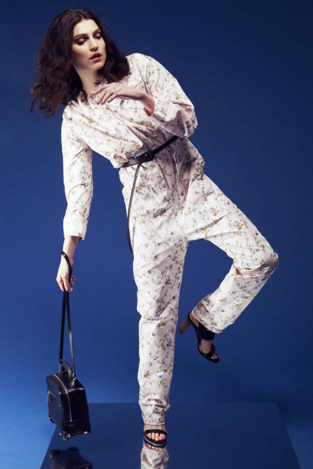Mono y cinturón, ambos  de Dior, sandalias de Unisa, bolso de Claude Pierlot.