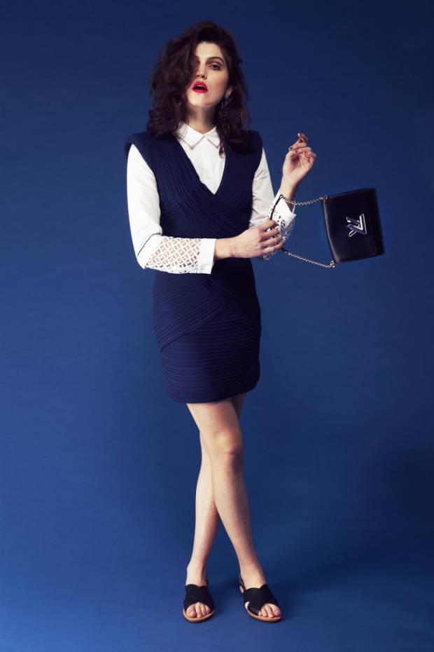 Vestido de Maje, camisa de Claude Pierlot, sandalias de Geox, pendientes de Ventura Carbonell.