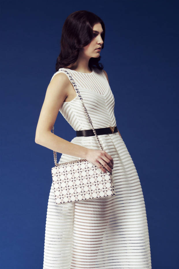 Vestido de Maje, cinturón de Louis Vuitton, bolso de Dior, zapatillas de Nike.