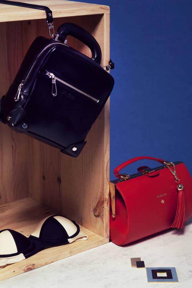 Bolso negro de Claude Pierlot, bolso  rojo de Barada, pendiente de Ventura Carbonell, bikini de Rose Marin.