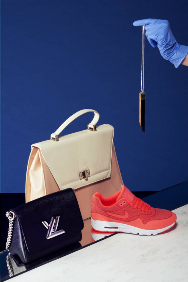Bolso nude de Alex André, bolso negro de Louis Vuitton, zapatillas de Nike,  collar de Rose Marin.