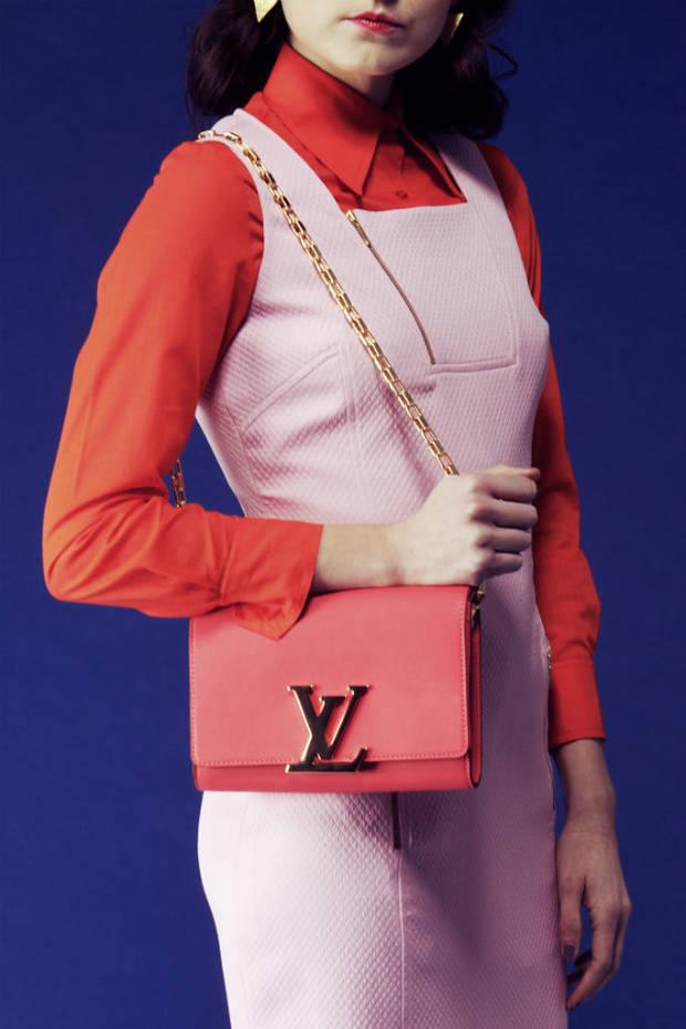 Vestido de Laura Bernal, camisa vintage, bolso de Louis Vuitton, pendientes de Closs.