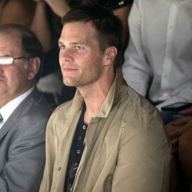 Tom Brady en el front row del desfile de Colcci, mirando con orgullo el último desfile de su mujer