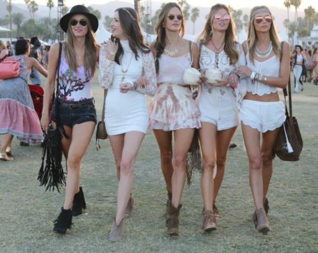 Alessandra Ambrosio no se separa de sus amigas. La modelo y sus looks boho son ya un clásico del festival
