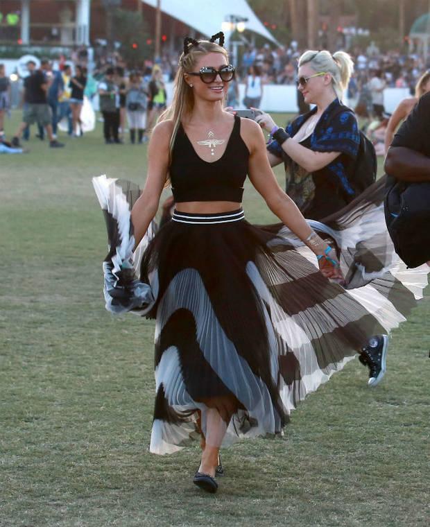 paris Hilton elegía una falda plisada y un cropped top