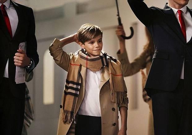 Romeo Beckham durante la grabación de una campaña para Burberry