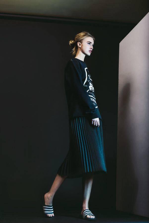 Sudadera Supremebeing, falda Hoss y chanclas Adidas