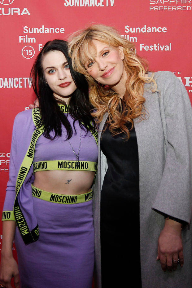 Frances Bean junto a su madre Courtney Love, durante el estreno del documental sobre Kurt Cobain en el Festival de Sundance
