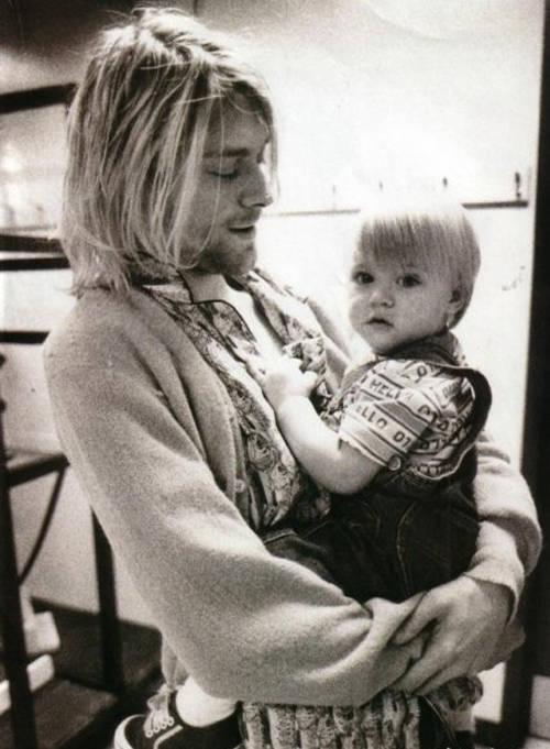 Frances Bean en brazos de su padre