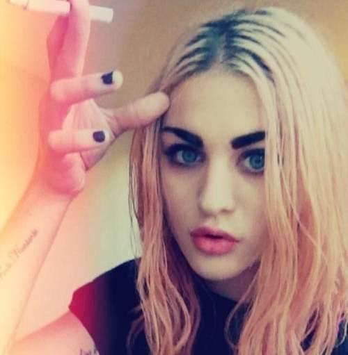 Los looks de Frances Bean han pasado del cabello rubio platino al rosa, hasta llegar al color negro que luce actualmente, pero siempre se ha mantenido fiel a la estética grunge que lleva en los genes.