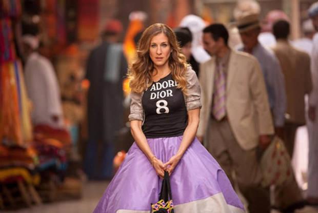 Faldas de tul estilo bailarina, combinadas con cazadoras de cuero o camisetas deportivas, configuraban el incomparable estilo de Carrie, que elevaba la esencia neoyorkina a su máximo exponente.