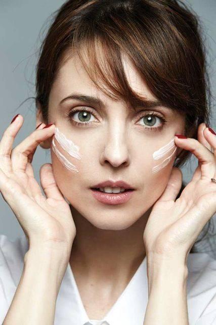 Después de un largo día, se ha aplicado el tratamiento de noche Idéalia Skin Sleep de VICHY para una piel ideal al despertar. ¡A prueba de noches cortas! Leticia Dolera @A6 CINEMA Fotografía RUBÉN VEGA Realización PALOMA GONZÁLEZ DURÁNTEZ Maquillaje y peluquería NATALIA BELDA @TALENTS para DIOR y REDKEN