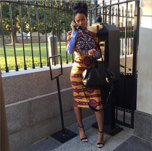 Rihanna con uno de los diseños de Stella Jean