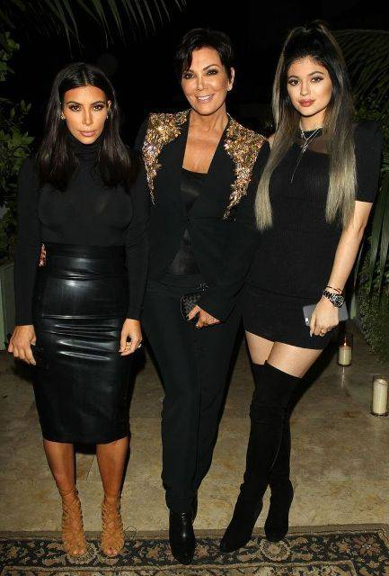 Kris Jenner, la matriarca del clan, junto a Kim y Kylie. Imagen: Pinterest