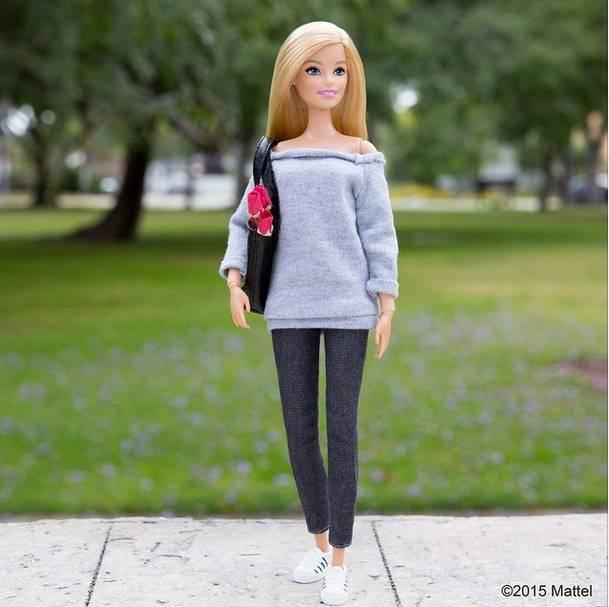 Barbie tiene cuenta de Instagram, por supuesto, y así posaba con sneakers.  Imagen: Instagram @barbiestyle
