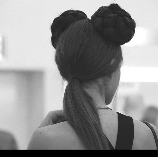 El pelo natural de las modelos no se escondió, sino que se recogió en una coleta baja a la vista de todos. Instagram @chanelofficial