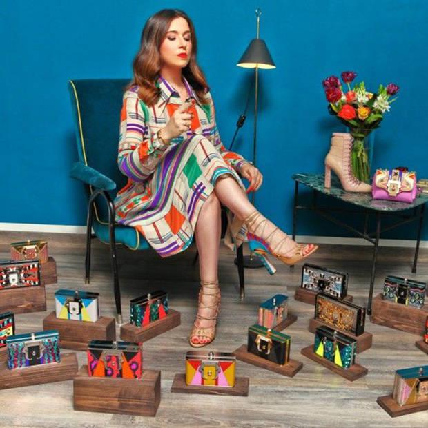 Así es ella, Paula Cademartori, rodeada de sus diseños